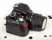 四十周年的生日蛋糕与现代DSLR照片camer 免版税库存照片