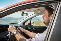 四十岁驾驶汽车的白种人人 免版税库存照片