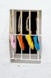 四双明亮地色的鞋子 免版税库存照片