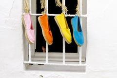四双鞋子垂悬 免版税库存图片