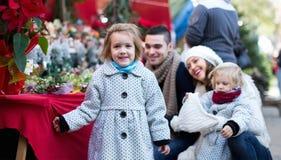 四口之家在圣诞节市场上 图库摄影
