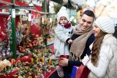 四口之家在圣诞节市场上 免版税库存照片