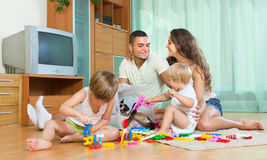 四口之家在家与玩具 库存照片