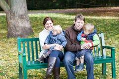四口之家在美好的秋天日 免版税库存图片