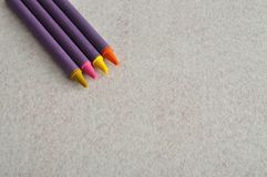 四只不同颜色蜡笔 免版税库存图片