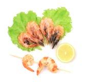 四只新鲜的煮沸的虾。 库存照片