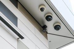 四台照相机细节在大厦的 免版税库存照片