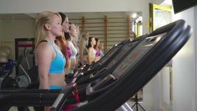 四名体育妇女慢动作射击踏车的 股票录像