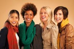 四名妇女微笑 免版税图库摄影