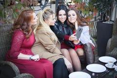 四名妇女采取在咖啡馆的一selfie 免版税库存图片