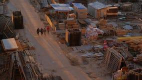 四名工作者沿一条多灰尘的路走到建造场所 股票录像