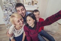 四名男人和妇女的朋友在机动性做自画象 库存照片