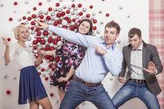 四名男人和妇女的朋友是跳舞和笑有fu 免版税库存图片