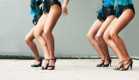 四名跳舞的妇女的腿 图库摄影