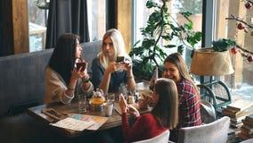 四咖啡馆的妇女使用演奏社会网络的app智能手机 技术隔离 股票视频