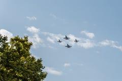 四喷气式歼击机飞行用西班牙语国庆节游行 库存照片