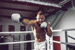 四四方方的 拳击台的确信的年轻拳击手 免版税库存照片