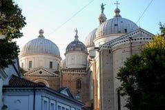 四圣朱斯蒂纳大教堂的五个圆顶在帕多瓦在威尼托(意大利) 库存图片