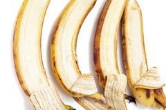四在水平的行的部分被剥皮的香蕉谎言 库存照片