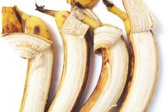 四在水平的行的部分被剥皮的香蕉谎言 免版税图库摄影
