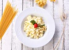 四在白色背景的乳酪意大利式饺子 图库摄影