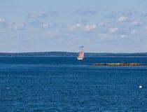 四在蓝色海湾的被上船桅的大篷车 免版税图库摄影