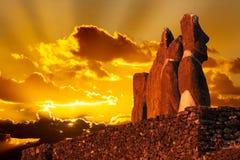 四在金黄日落的常设moai 库存照片