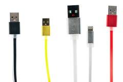 四多彩多姿的USB缆绳朋友,一用被举的手,在白色隔绝了背景 相互友谊,家庭,技术  库存照片