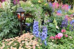 四季不断的庭院花床在春天 图库摄影