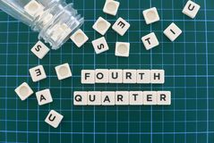 四季度词由方形的信件词制成在绿色方形的席子背景 免版税库存照片
