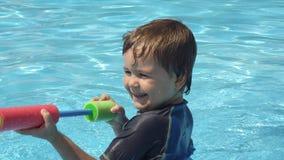 四岁使用在游泳池的孩子 免版税库存照片