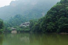 四川在湖附近的qingcheng山 免版税库存图片