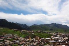 四川的,瓷俯视的Taktsang Lhamo修道院城市 免版税库存图片