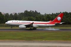四川航空公司空中客车A330-200飞机成都机场 免版税库存照片