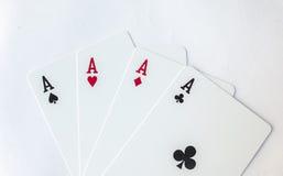 四张一点赌博纸牌衣服的赢取的纸牌游戏手在白色的 免版税库存图片