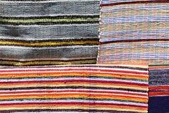 四张各种各样的地毯纹理手工制造在与五颜六色的垂直线的手摇纺织机 免版税库存照片