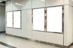 四张画象取向广告灯箱的空白嘲笑在地铁车站 库存照片