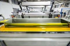 四彩色印刷品新闻机器,黄色颜色墨水路辗 免版税库存照片