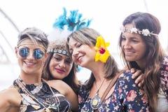 四快乐的美丽的年轻女人一起庆祝并且拍selfie照片微笑和获得乐趣在友谊 r 免版税库存图片