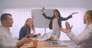 四快乐的collleagues会议画象在户内办公室 得出在whiteboard的女实业家一张图表 股票视频