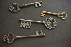四把古色古香的钥匙 图库摄影