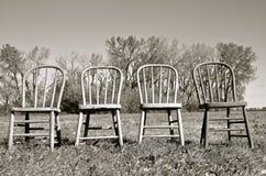 四把折叠温莎支持的椅子(黑白) 库存图片