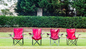 四把空的红色椅子 免版税库存照片