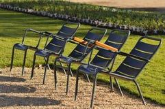 四把金属椅子在庭院里 库存图片