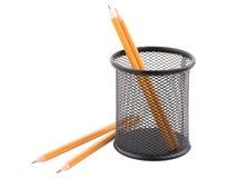 四支铅笔,两他们在滤网杯子 背景查出的白色 免版税库存图片