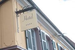 四星在古老大厦的旅馆标志在法国 库存图片