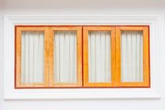 四木头窗口和白色墙壁 免版税库存图片
