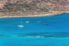四条小船在Balos盐水湖  克利特 希腊 免版税库存照片