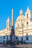 四条河喷泉,意大利人芳塔娜dei有方尖碑和圣艾格尼丝岛教会的Quattro菲乌米,背景的 ??Navona 免版税库存照片