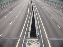 四条车道有空白的高速公路桥梁 免版税库存图片